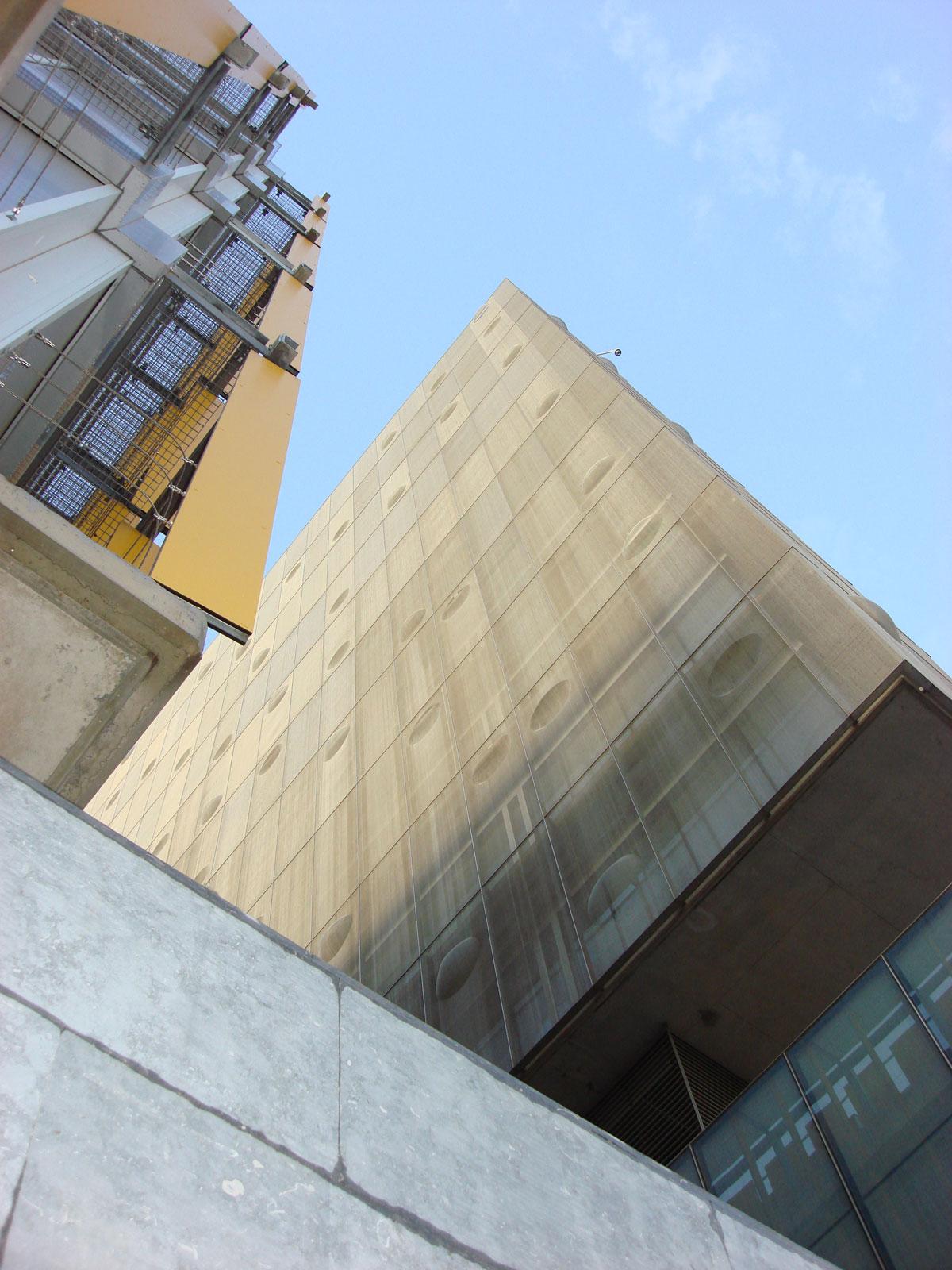 Fassadenverkleidung mit MeshArt Architekturgewebe