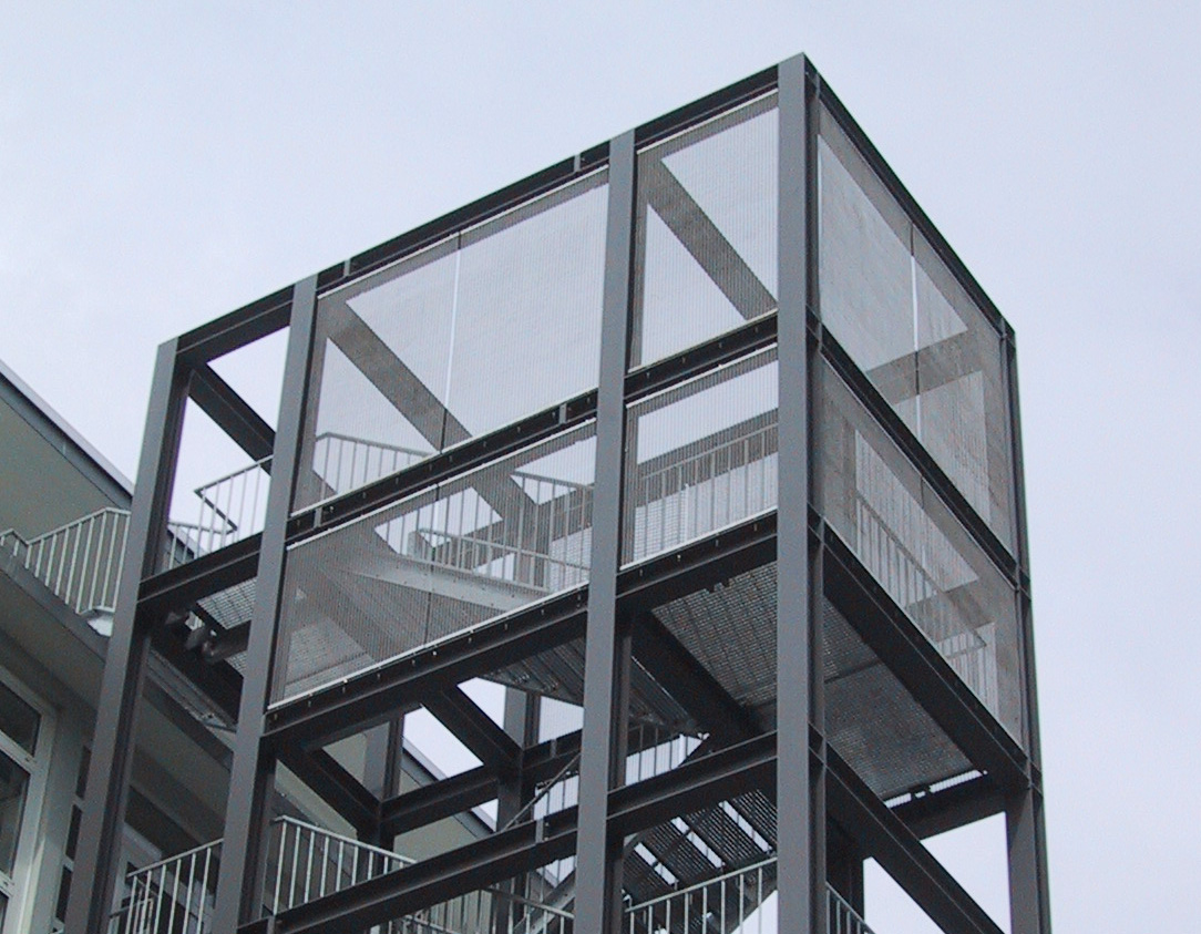 Treppenturm mit Metallgewebe